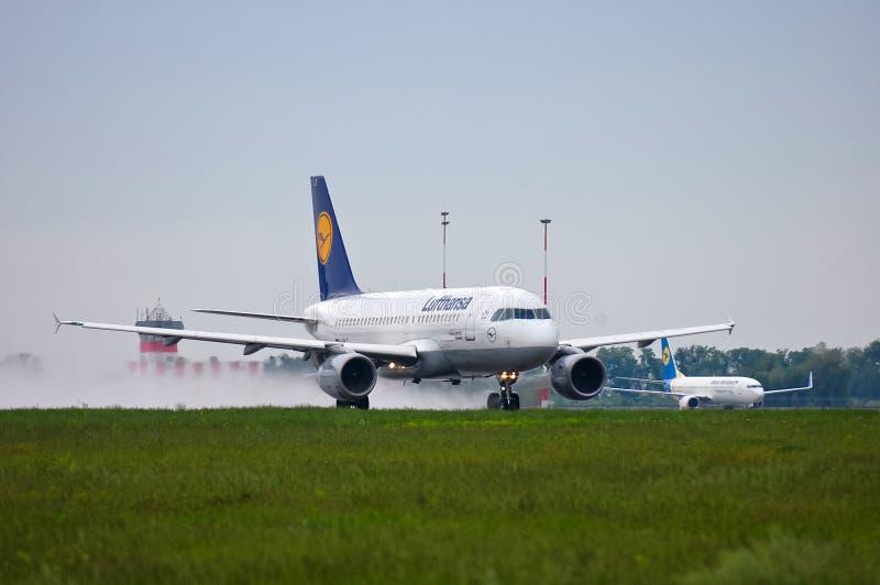 Lufthansa flygbuss A319 royaltyfria bilder