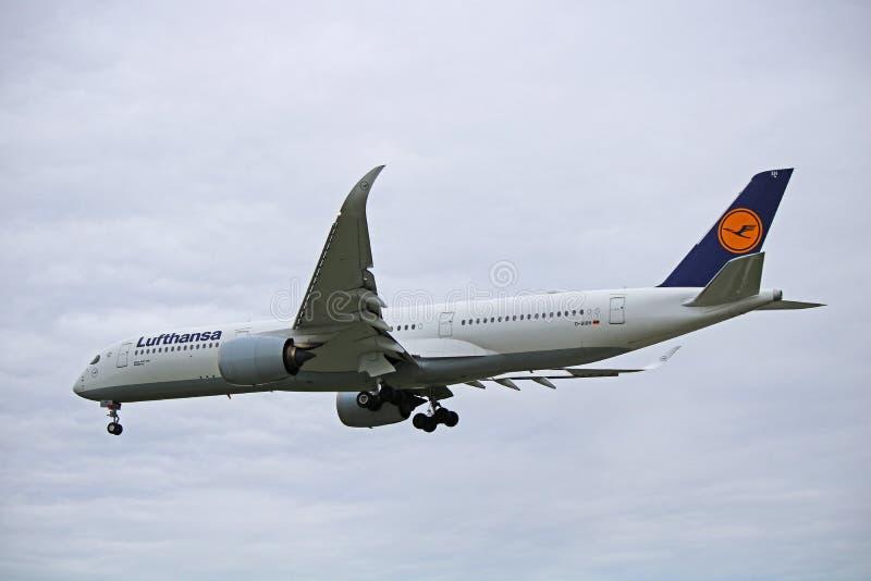 Lufthansa flygbuss A350-900 i äldre livré på Toronto Pearson royaltyfri foto