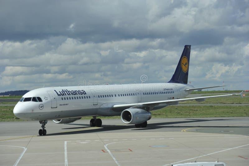 Lufthansa flygbuss som rullar till landningsbanan royaltyfria bilder