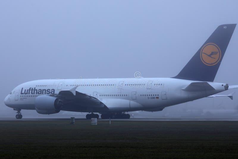 Lufthansa A380 flygbussnivå som åker taxi på landningsbanan, dimma royaltyfri bild