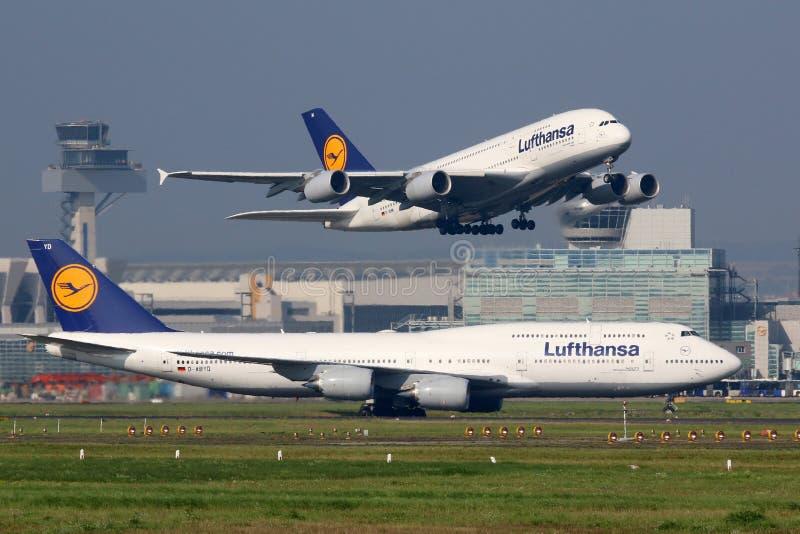 Lufthansa flygplan på den Frankfurt flygplatsen royaltyfri bild