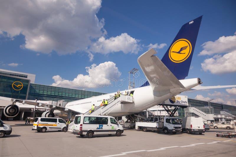 Lufthansa flygplan på porten i den Frankfurt flygplatsen royaltyfri bild