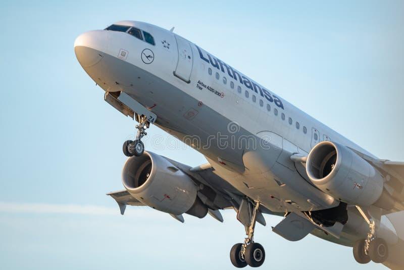Lufthansa handlowy samolotowy start od Otopeni lotniska w Bucharest Rumunia fotografia royalty free