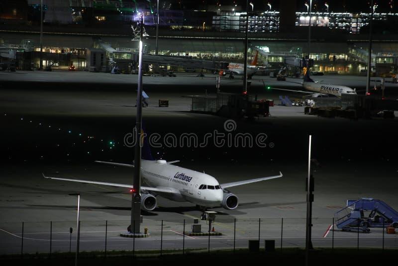 Lufthansa hebluje kłoszenie śmiertelnie brama, noc widok, Monachium zdjęcia stock