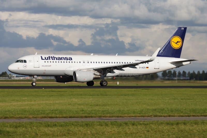Lufthansa-het vliegtuigvertrek van de Luchtbusa320 passagier D-AIZX bij de Luchthaven van Amsterdam Schipol royalty-vrije stock foto