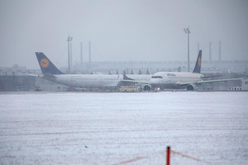 Lufthansa hyvlar att åka taxi på tung snö, MUC royaltyfria bilder