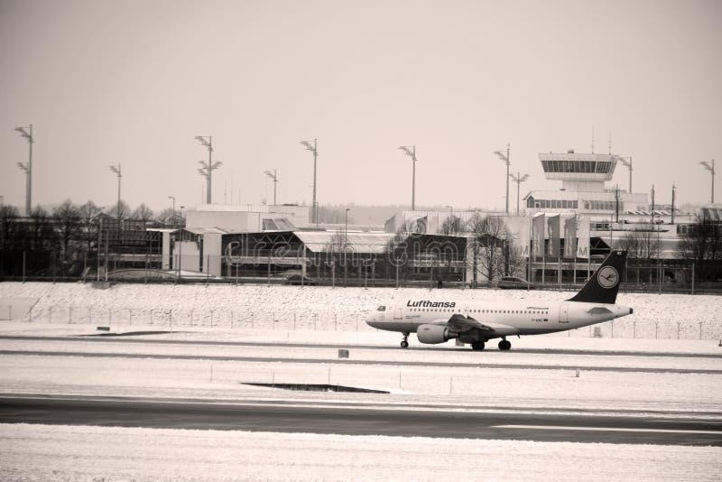 Lufthansa hyvlar att göra taxien på snö, Munich royaltyfri fotografi
