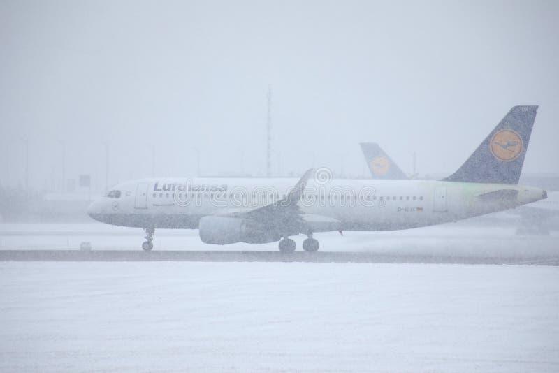 Lufthansa hyvlar på tung snö, närbildsikt arkivbild