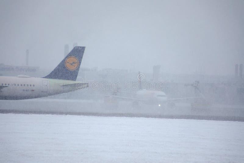 Lufthansa hyvlar på tung snö, närbildsikt av svansen royaltyfria bilder