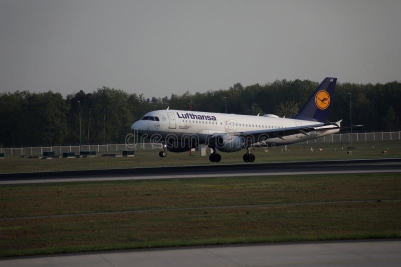 Lufthansa landning i den Frankfurt flygplatsen, FRA Trycka på ner arkivbild