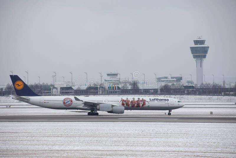 Lufthansa-Luchtbus A320-200 D-AIZB, de livrei van FC Beieren royalty-vrije stock fotografie