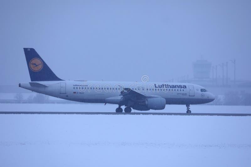 Lufthansa nivå som gör taxien på snö, Munich flygplats MUC fotografering för bildbyråer