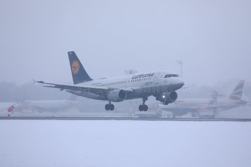 Lufthansa nivå som tar av från den Munich flygplatsen MUC, snö royaltyfri bild