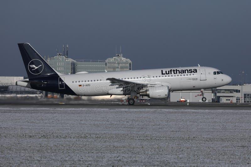Lufthansa ny livrénivå som gör taxien på snö, Munich flygplats MUC arkivfoto