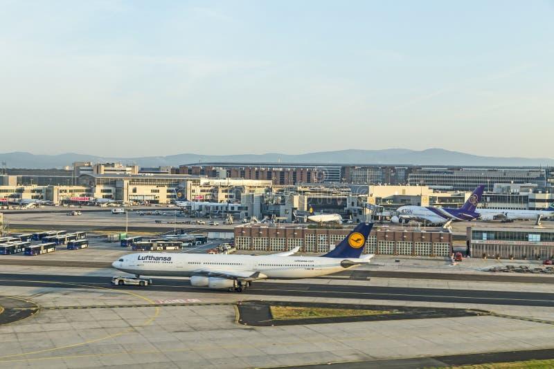 Lufthansa samolot przygotowywający dla wsiadać przy Terminal 1 obrazy royalty free