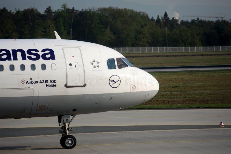 Lufthansa samolot, zakończenia kabinowa załoga w Frankfurt lotnisku widok, FRA fotografia stock