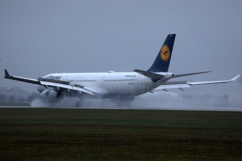 Lufthansa samolotowy lądowanie, lądowanie obraz royalty free