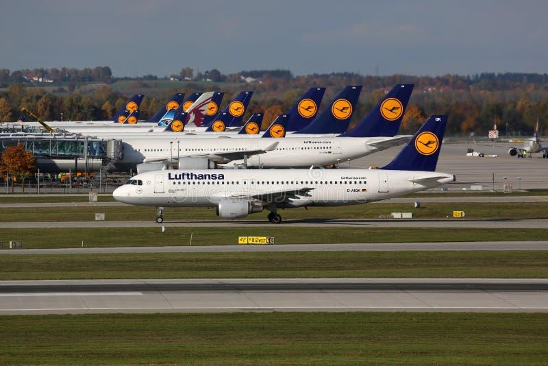 Lufthansa samoloty przy Monachium lotniskiem obraz stock