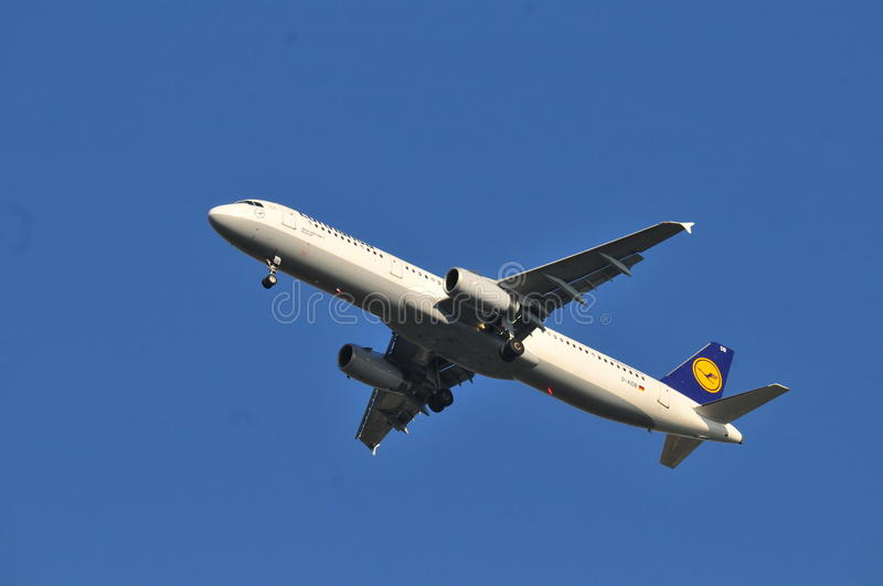 Download Lufthansa surfacent photographie éditorial. Image du airbus - 45372477