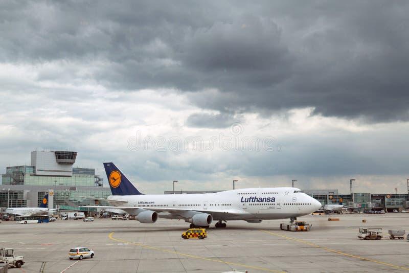 Lufthansa-Vliegtuig op de baan stock afbeeldingen