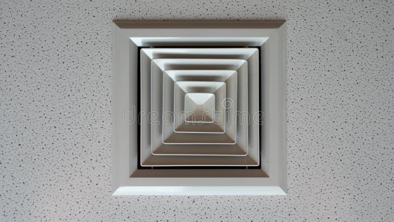 Luftkanal för luft som betingar i kontorsbyggnaden arkivbild