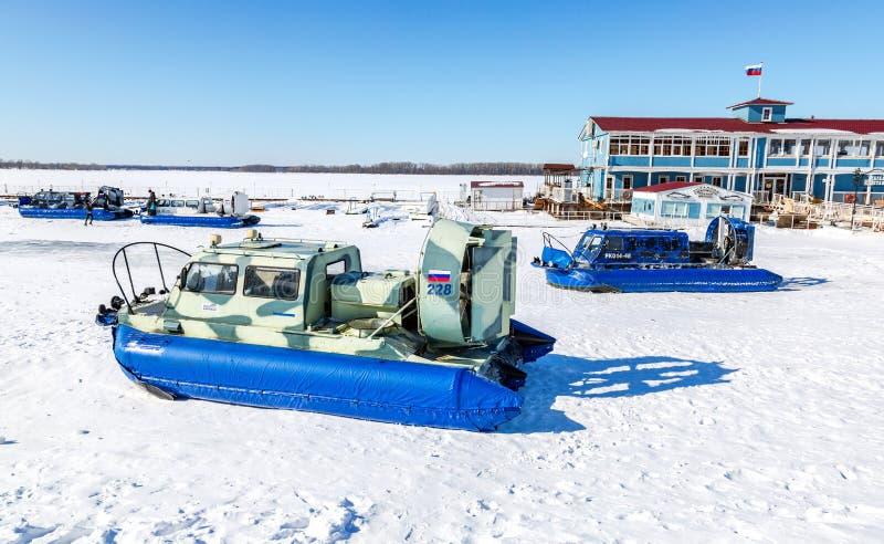 Luftkissenfahrzeugtransporter auf dem Eis von Fluss lizenzfreies stockfoto