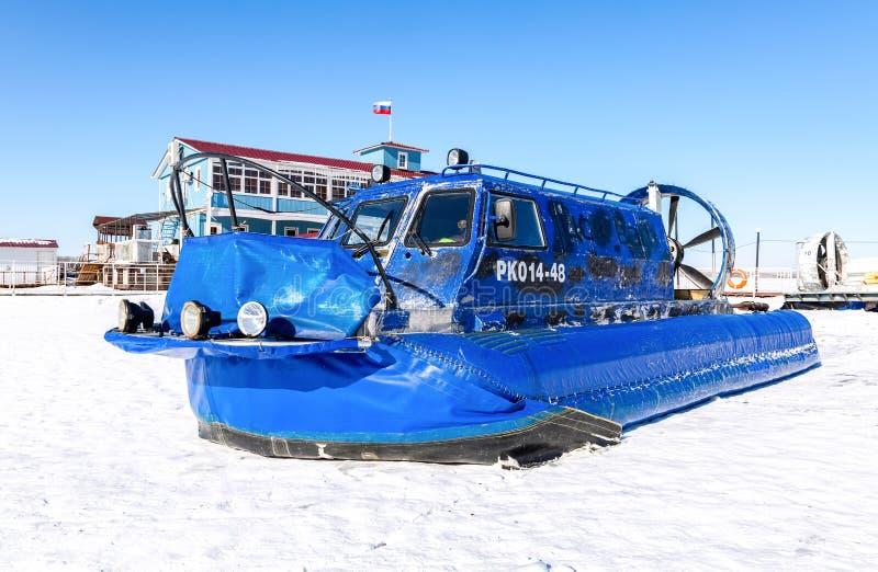 Luftkissenfahrzeugtransporter auf dem Eis von Fluss lizenzfreie stockfotografie