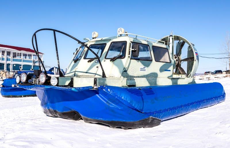 Luftkissenfahrzeugtransporter auf dem Eis von Fluss lizenzfreies stockbild
