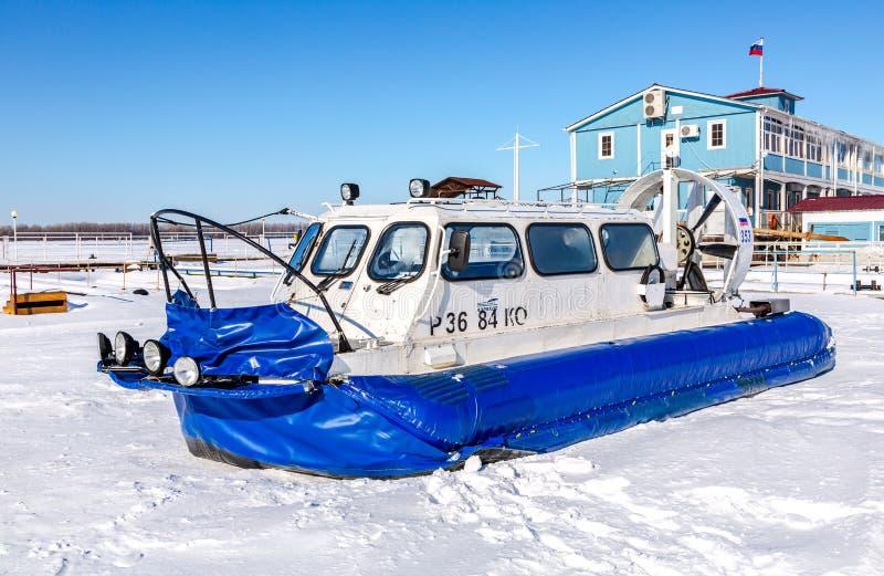 Luftkissenfahrzeugtransporter auf dem Eis von Fluss stockfotografie