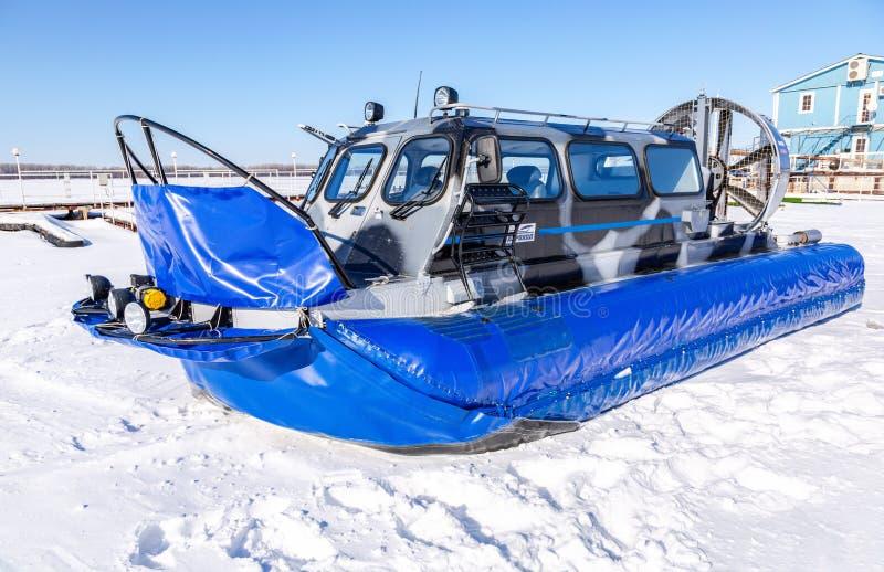 Luftkissenfahrzeugtransporter auf dem Eis von Fluss lizenzfreie stockfotos