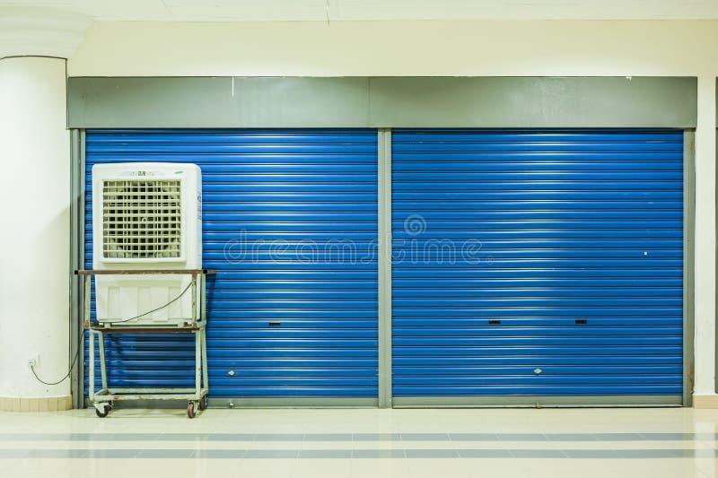 Luftkonditioneringsapparat och stängda dörrar royaltyfri foto