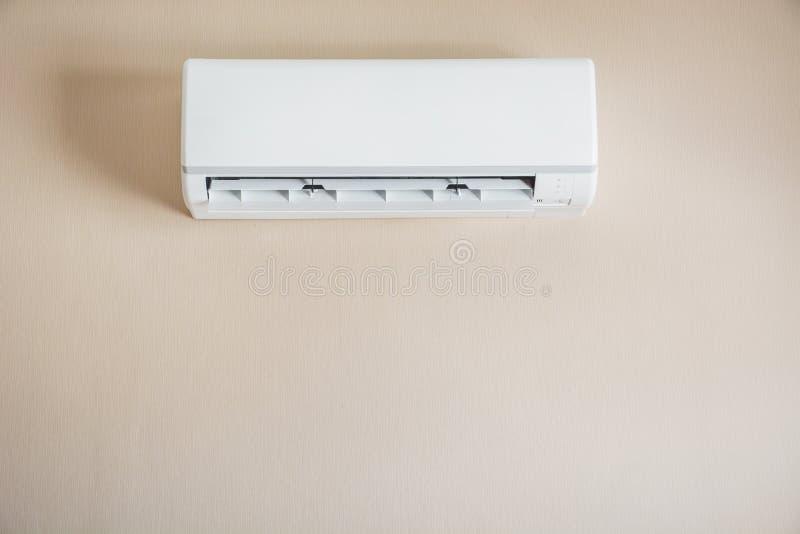 Luftkonditioneringsapparat som hänger på väggen arkivbild