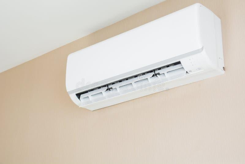 Luftkonditioneringsapparat som hänger på väggen fotografering för bildbyråer