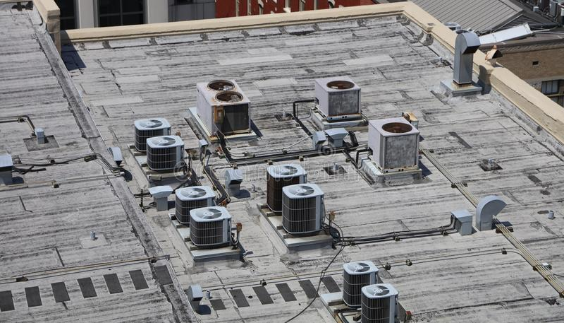 Luftkonditioneringsapparatenheter på ett tak arkivbild
