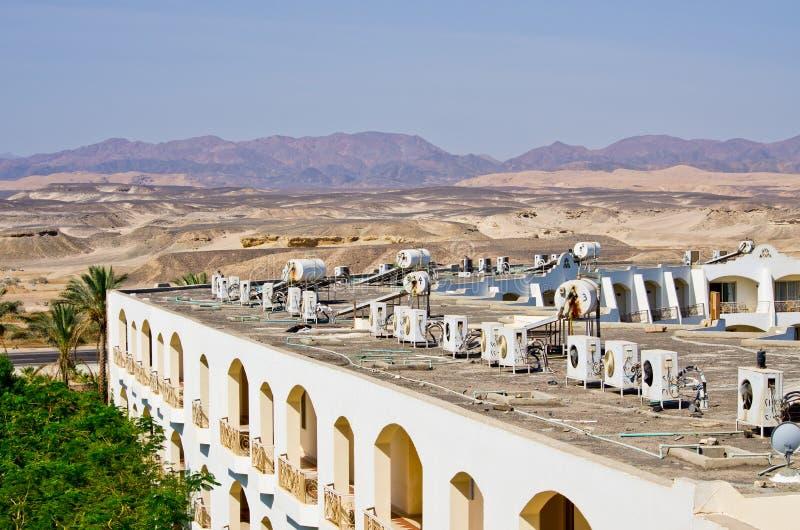 Luftkonditioneringsapparater på taket i ökenklimat arkivfoto