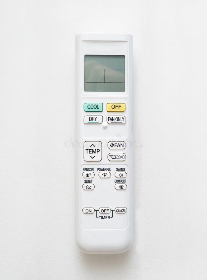Luftkonditioneringsapparatfjärrkontroll på betongväggbakgrund royaltyfri bild