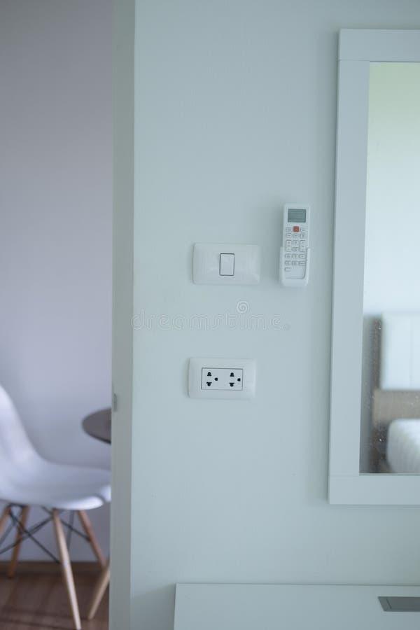 Luftkonditioneringsapparatfjärrkontroll, uttag och elektrisk strömbrytare royaltyfri foto