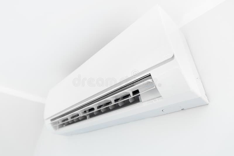 Luftkonditioneringsapparatsystem på vitt väggrum royaltyfri fotografi
