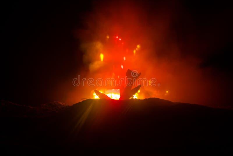 Luftkrasch Brinnande fallande nivå Nivån som kraschas till jordningen Dekorerat med leksaken på mörk brandbakgrund Luftolycka royaltyfria foton