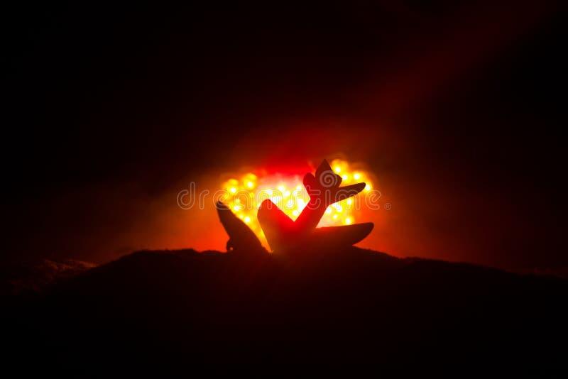 Luftkrasch Brinnande fallande nivå Nivån som kraschas till jordningen Dekorerat med leksaken på mörk brandbakgrund Luftolycka royaltyfri foto
