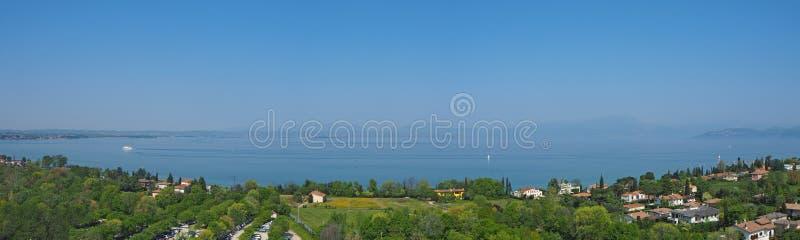 Luftlandschaft von See Garda und seine Hügelblauen Wasser- und Grünenwiesen kontrastieren stockfotografie
