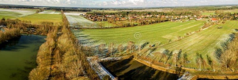 Luftlandschaftsansicht, Luftfoto mit einem See, Felder, Wiesen, Wälder und eine Straße, Panorama als Fahne für ein Blog oder Webs stockfotografie