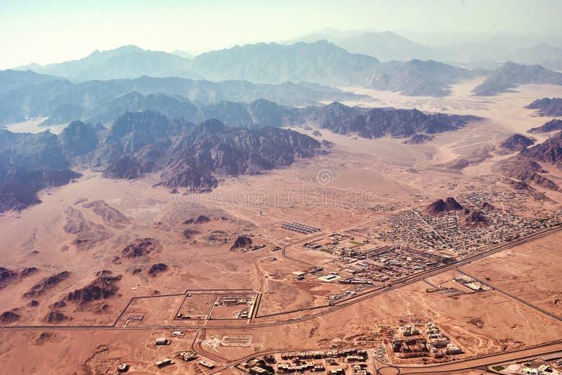 Luftlandschaftsansicht von Berge und Wüstensand stockbilder