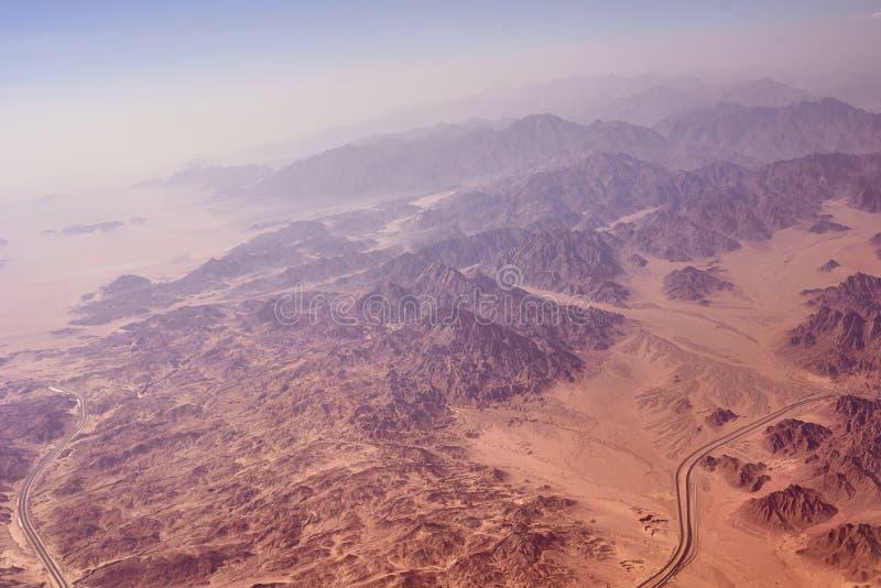 Luftlandschaftsansicht von Berge und Wüstensand lizenzfreie stockfotos