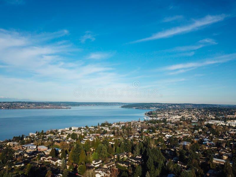 Luftlandschaftsansicht von Lake Washington, im Stadtzentrum gelegenes Seattle lizenzfreie stockfotos