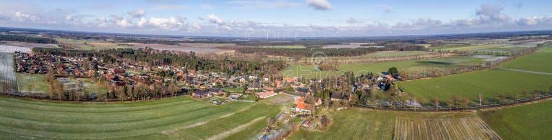 Luftlandschaftsfoto, Panoramablick eines kleinen Dorfs zwischen Feldern und Wiesen, als Fahne für ein Blog oder eine Website lizenzfreies stockbild