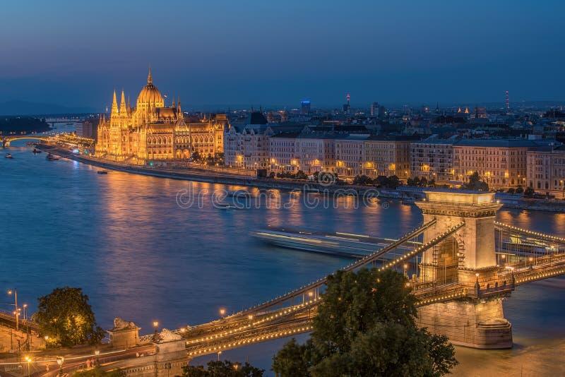 Luftnachtansicht von Budapest, Hauptstadt von Ungarn stockbilder