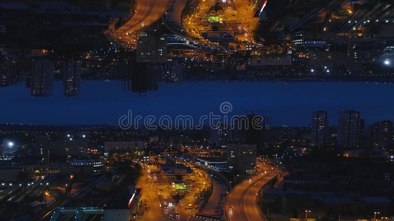 Luftnachtansicht von einer Großstadt und von schönen Lichtern, Nachtlebenkonzept, Spiegelhorizonteffekt media Nachtstadtbild, Hal lizenzfreie stockfotografie