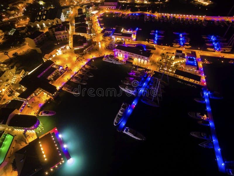 Luftnachtansicht von Limassol-Jachthafen stockfotos