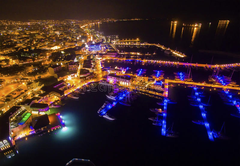 Luftnachtansicht von Limassol-Jachthafen lizenzfreies stockbild